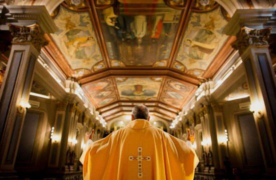 padre na igreja